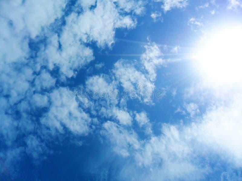 天空看法与太阳一起的 免版税库存图片
