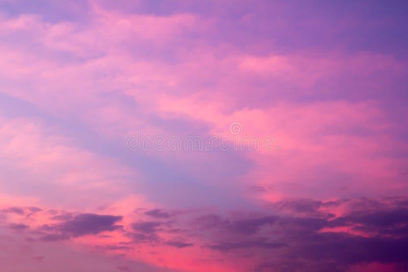 天空背景在桃红色和紫罗兰色颜色的暮色期间 免版税库存图片