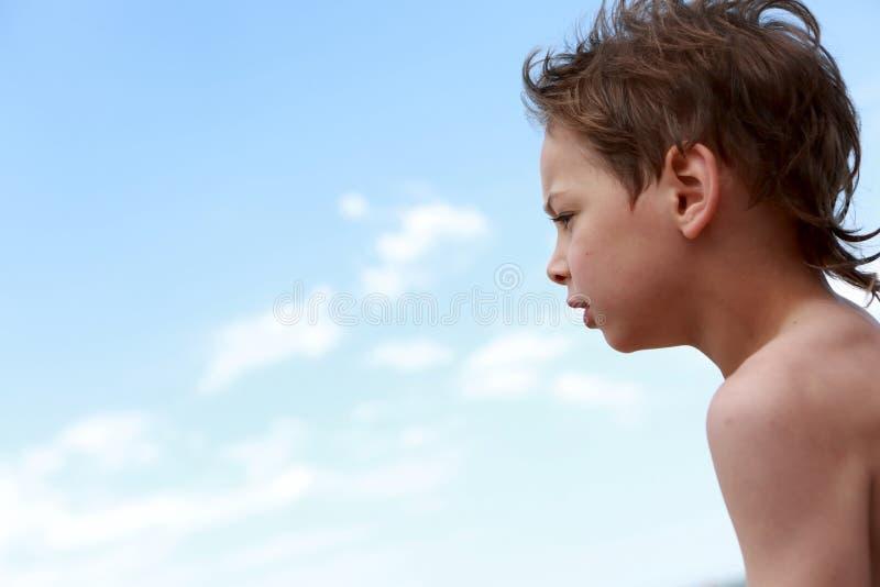 天空背景的孩子 免版税库存照片