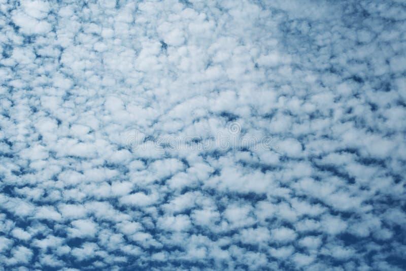 天空蓝色背景与云彩的 免版税库存图片