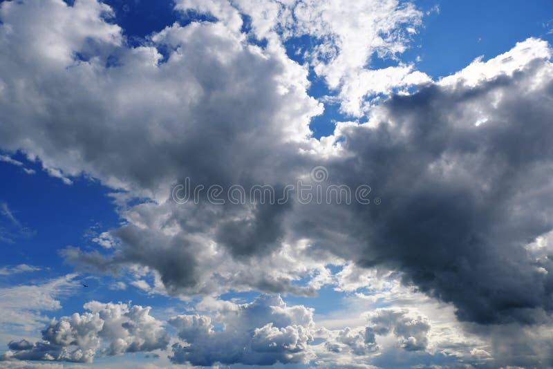 天空蓝色背景与云彩的 免版税图库摄影