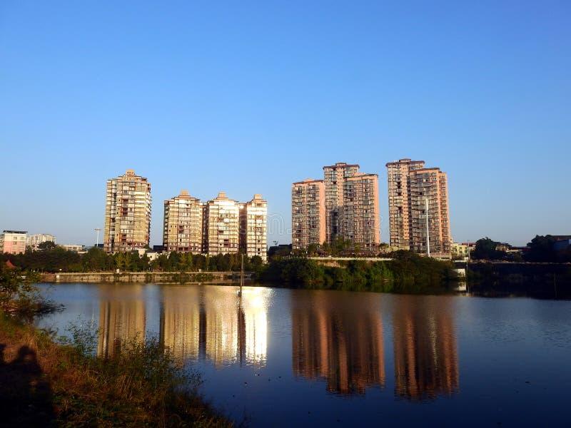 天空蔚蓝ï ¼ ŒBeautiful河风景,湖边住房 免版税库存照片