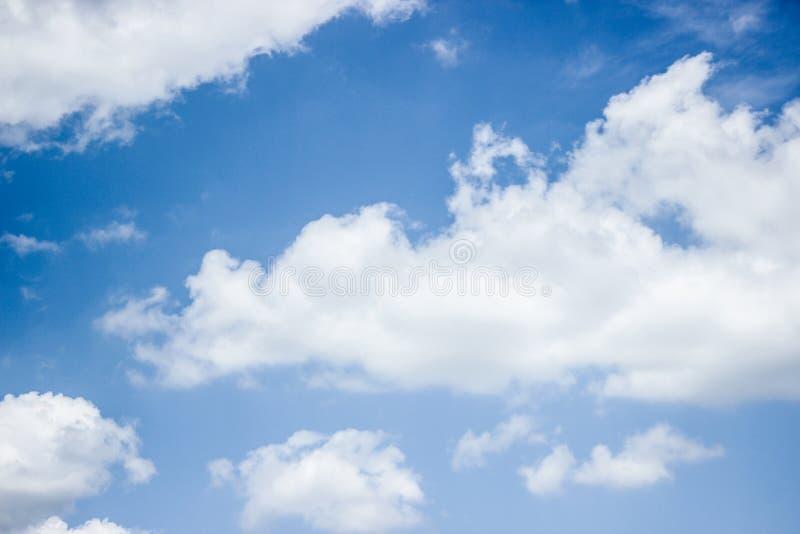 天空蔚蓝以有很多白色云彩 库存照片