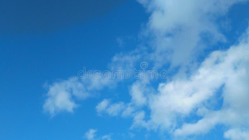 天空蔚蓝加点与云彩 免版税图库摄影