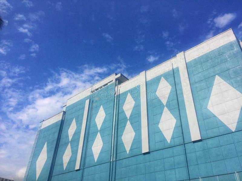 天空蔚蓝和云彩和大大厦在前景 免版税库存照片