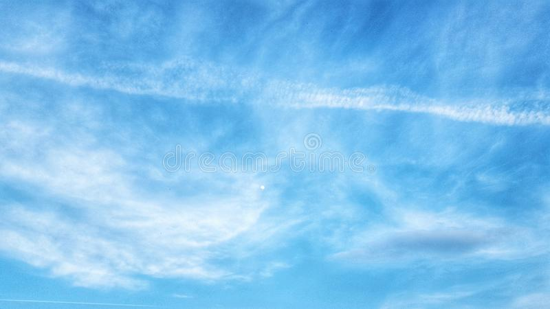 天空蔚蓝和月亮 免版税库存照片