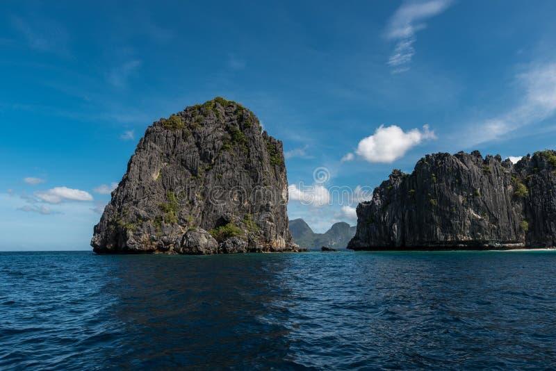 天空蔚蓝和海水在El Nido,巴拉旺岛,菲律宾 美好的横向视图 免版税库存照片