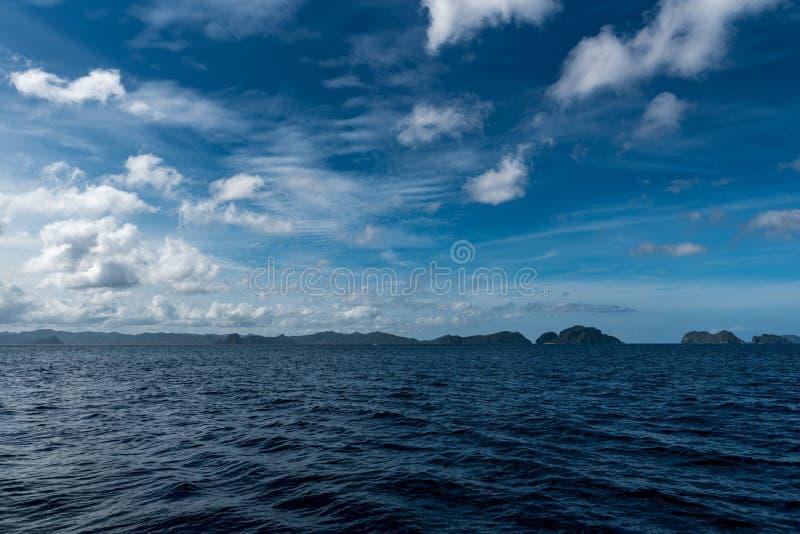 天空蔚蓝和海水在El Nido,巴拉旺岛,菲律宾 美好的横向视图 图库摄影