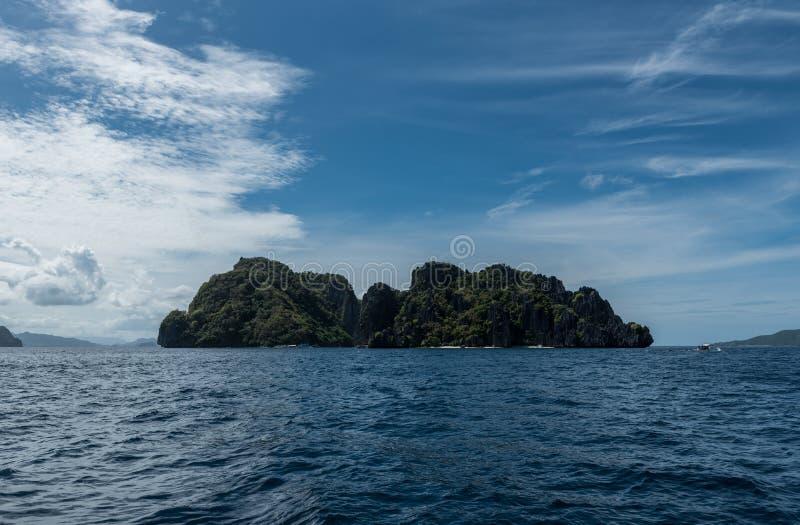 天空蔚蓝和海水在El Nido,巴拉旺岛,菲律宾 库存照片