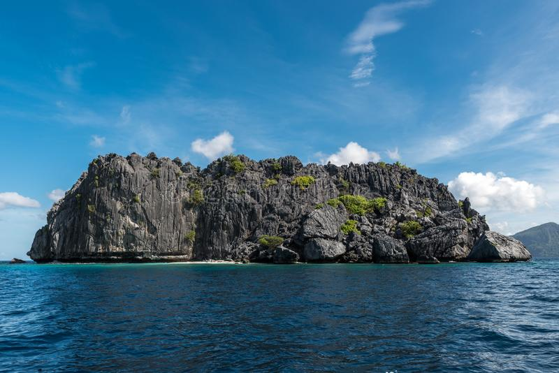 天空蔚蓝和海水在El Nido,巴拉旺岛,菲律宾 免版税库存照片