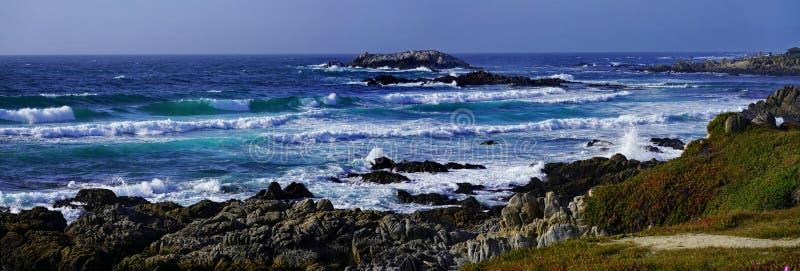 天空蔚蓝和海海岸线风景全景与岩石的太平洋海岸的 免版税库存图片