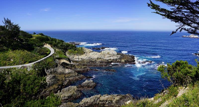 天空蔚蓝和海海岸线风景全景与岩石的太平洋海岸的 库存照片