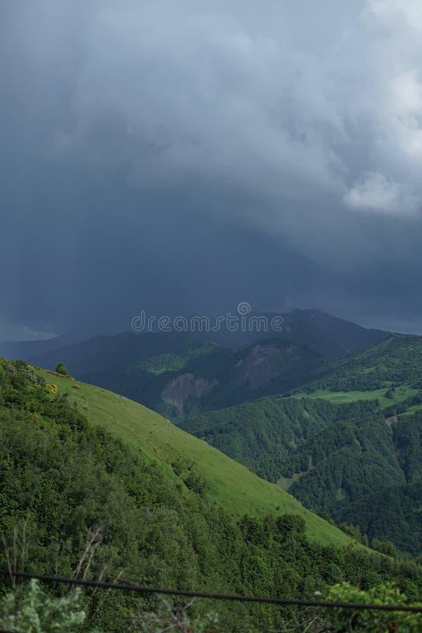 天空蔚蓝和绿色山 免版税库存照片