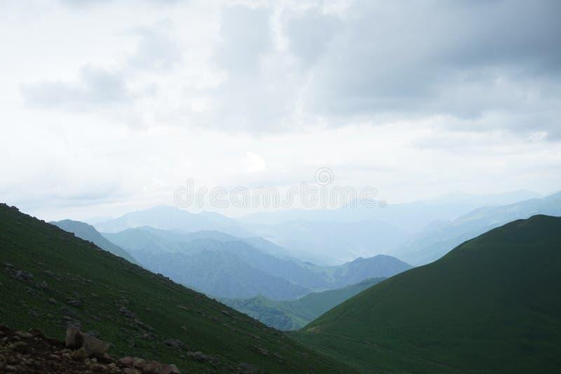 天空蔚蓝和绿色山 免版税图库摄影