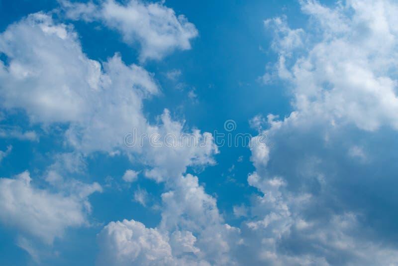 天空蔚蓝在与白色松的云彩的好日子 r 免版税图库摄影