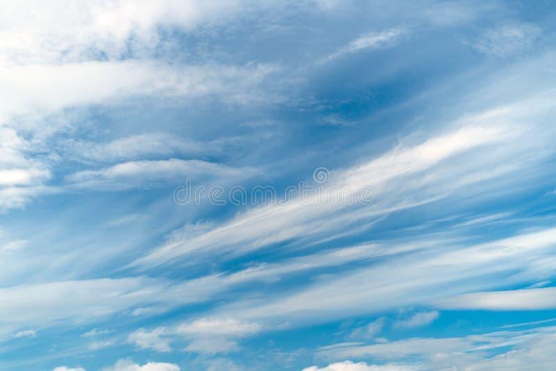 天空蔚蓝抽象纹理与羽毛和软的云彩的 免版税库存图片