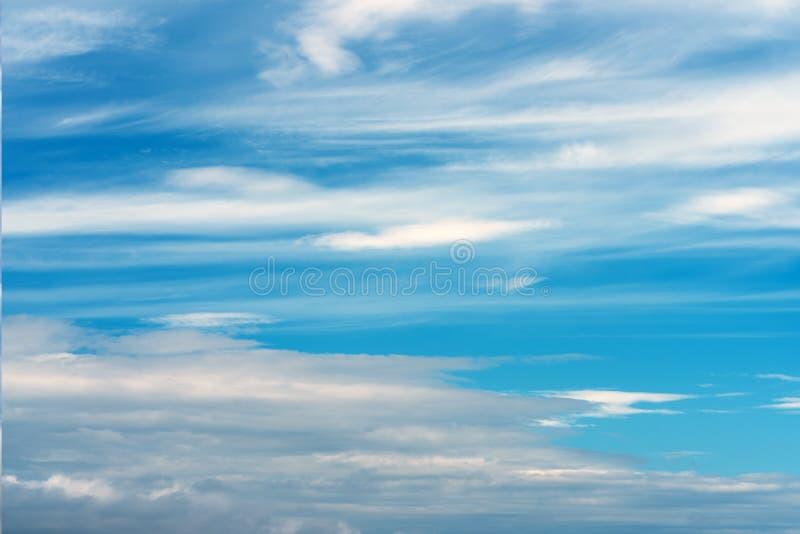 天空蔚蓝抽象纹理与羽毛和软的云彩的 库存图片