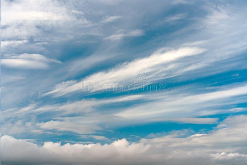 天空蔚蓝抽象纹理与羽毛和软的云彩的 免版税库存照片
