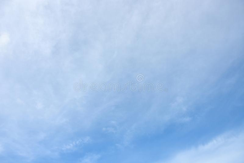 天空蔚蓝白色云彩白色背景 美丽的天空和云彩下午 图库摄影