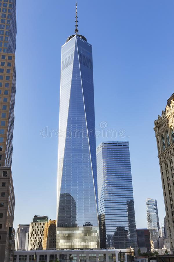 天空蔚蓝的反射在轰烈的新世贸大厦大厦的杯的在纽约,美国 库存照片
