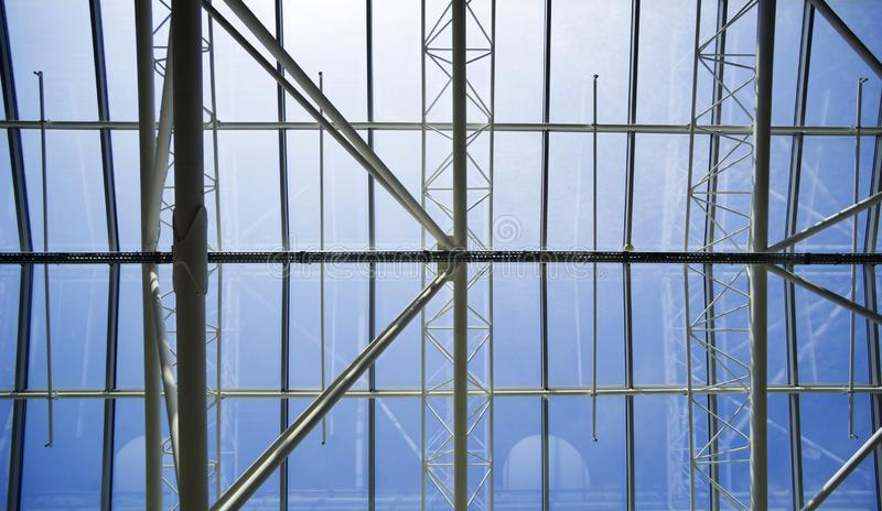 天空蔚蓝的看法通过大厦的玻璃屋顶 免版税图库摄影