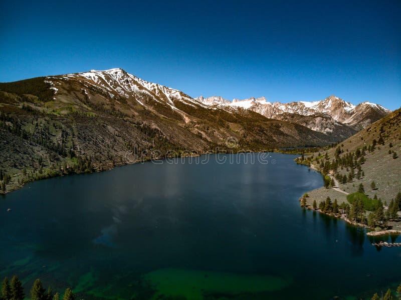 天空蔚蓝空中,寄生虫视图和在双子湖的加盖的山 免版税库存照片