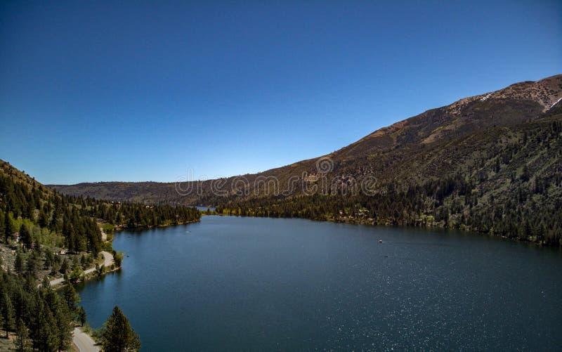天空蔚蓝空中,寄生虫视图和在双子湖的加盖的山 免版税图库摄影