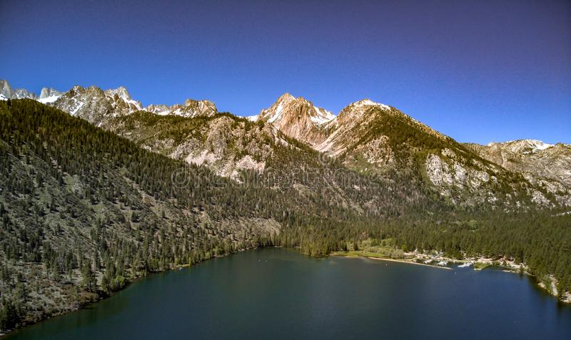 天空蔚蓝空中,寄生虫视图和在双子湖的加盖的山 库存照片