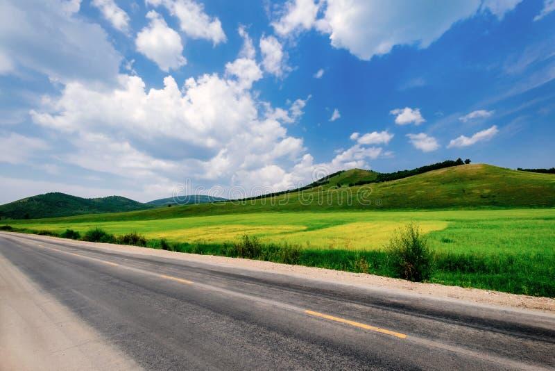 天空蔚蓝草原高速公路,牦牛石牌,Hulun Buir,内蒙古,中国 库存照片