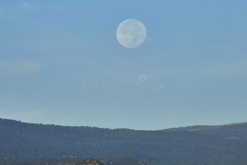 天空风景、月亮和火山popocatepetl 库存照片