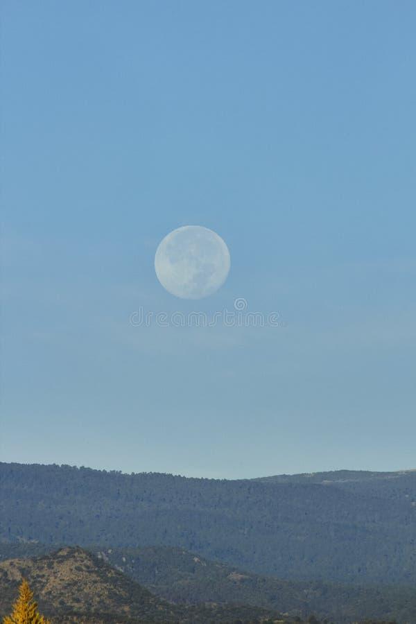 天空风景、月亮和火山popocatepetl 免版税库存照片