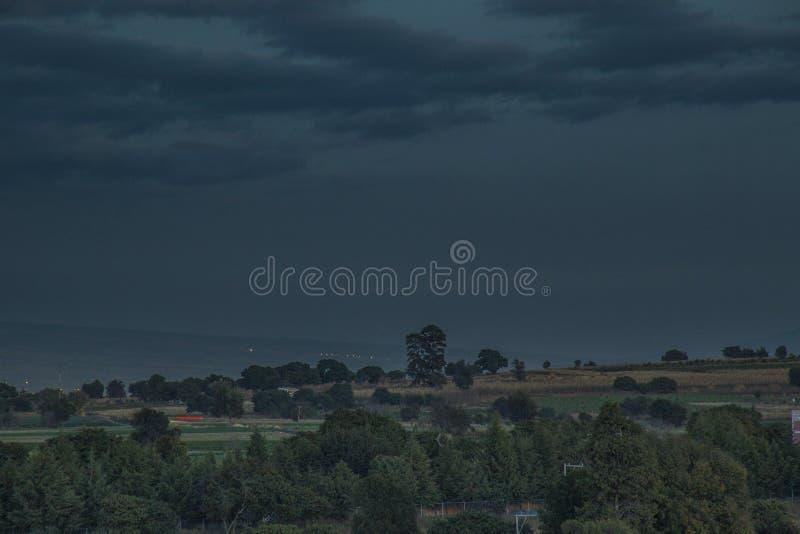 天空风景、月亮和火山popocatepetl 库存图片