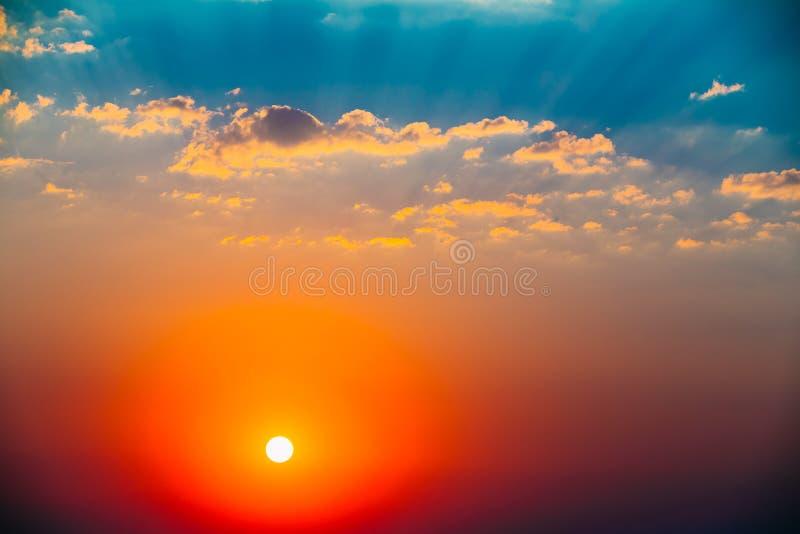 天空,明亮的蓝色,橙色和黄色颜色太阳日落日出Wi 免版税库存图片