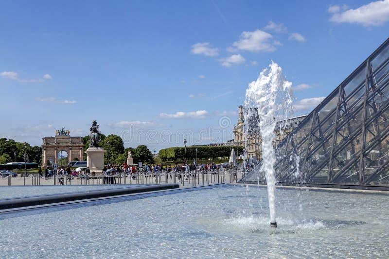 天窗或者罗浮宫、世界的最大的美术馆和历史的纪念碑在巴黎,法国 库存图片