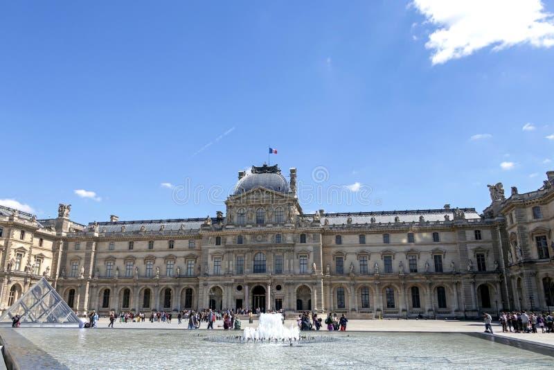 天窗或者罗浮宫、世界的最大的美术馆和历史的纪念碑在巴黎,法国 库存照片