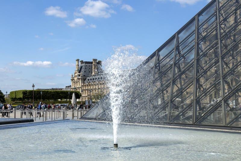 天窗或者罗浮宫、世界的最大的美术馆和历史的纪念碑在巴黎,法国 图库摄影