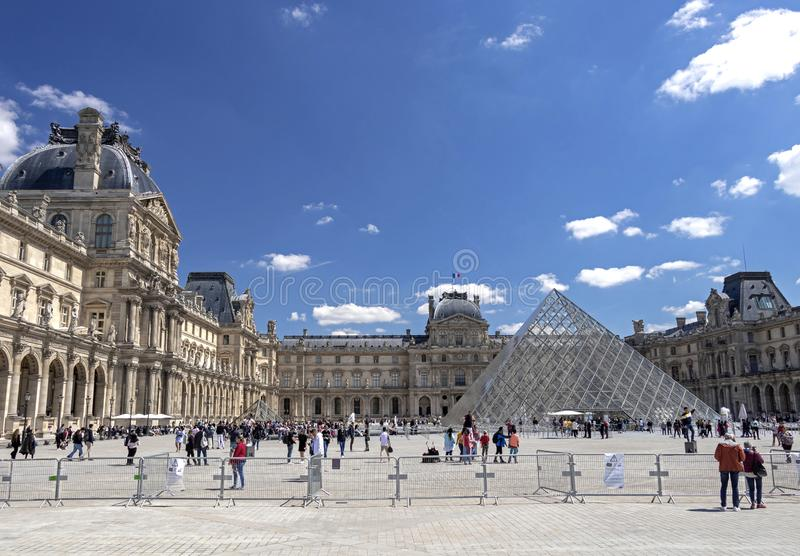 天窗或者罗浮宫,world's最大的美术馆和历史的纪念碑在巴黎,法国 免版税库存照片