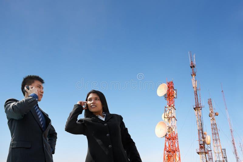 天线亚洲商人电话 库存照片