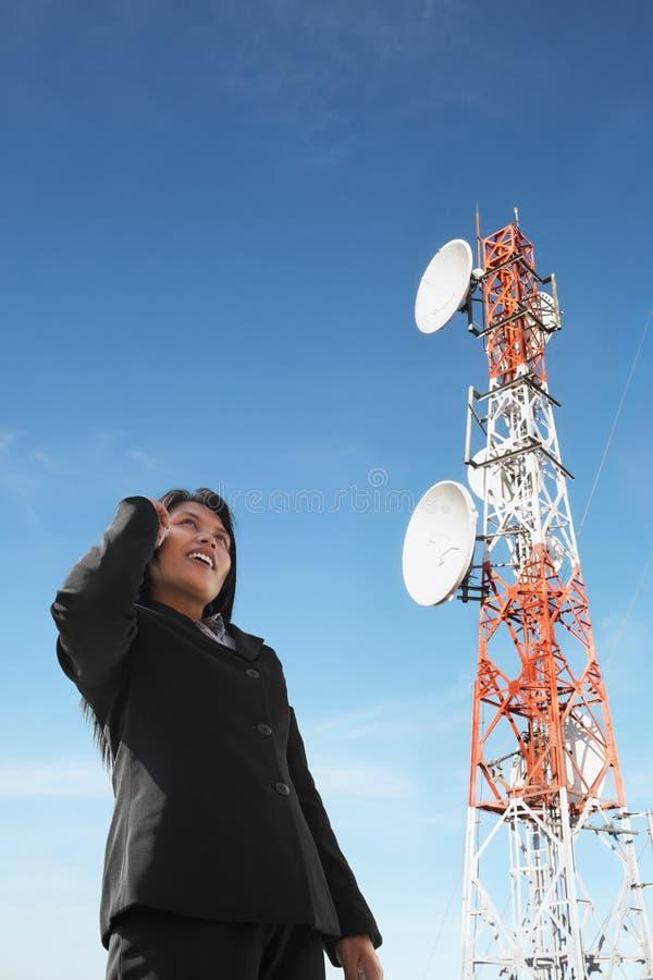天线亚洲女实业家电话 免版税图库摄影