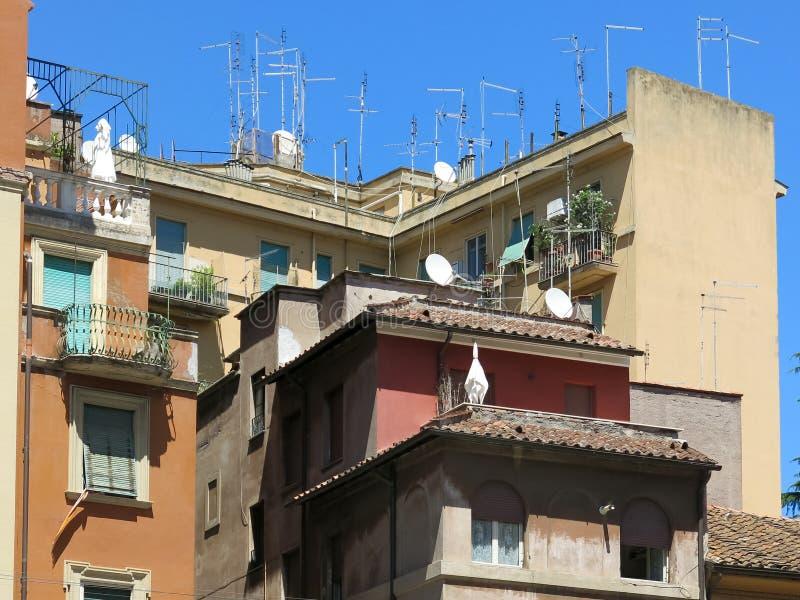 天线和卫星盘在屋顶,罗马 免版税库存照片