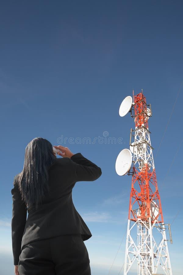天线回到女实业家电话 免版税库存图片