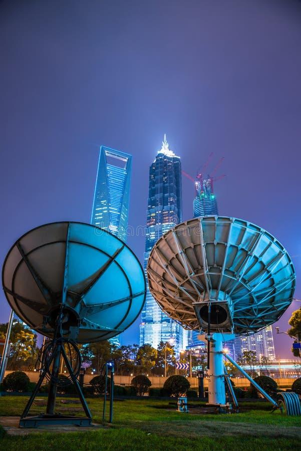 天线在现代城市 库存图片
