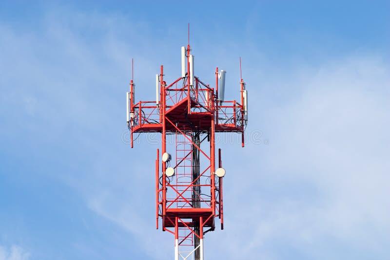 天线蓝色蜂窝电话红色塔白色 库存照片