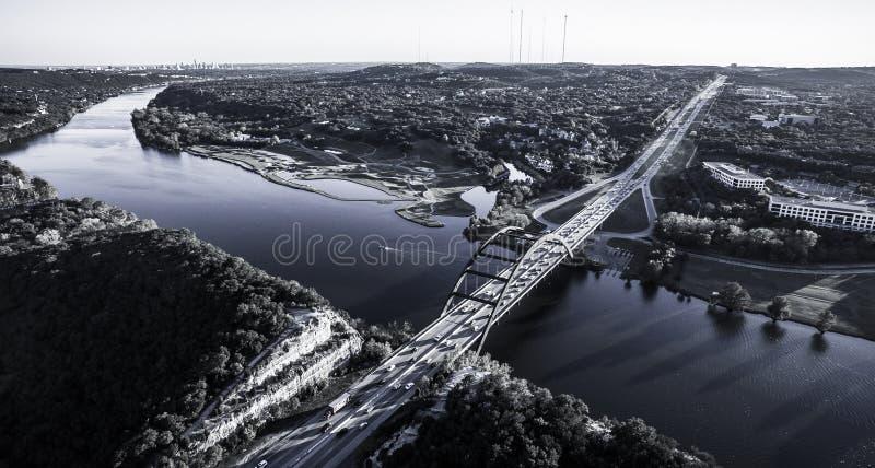 天线360桥梁奥斯汀从空气的得克萨斯科罗拉多河 库存照片