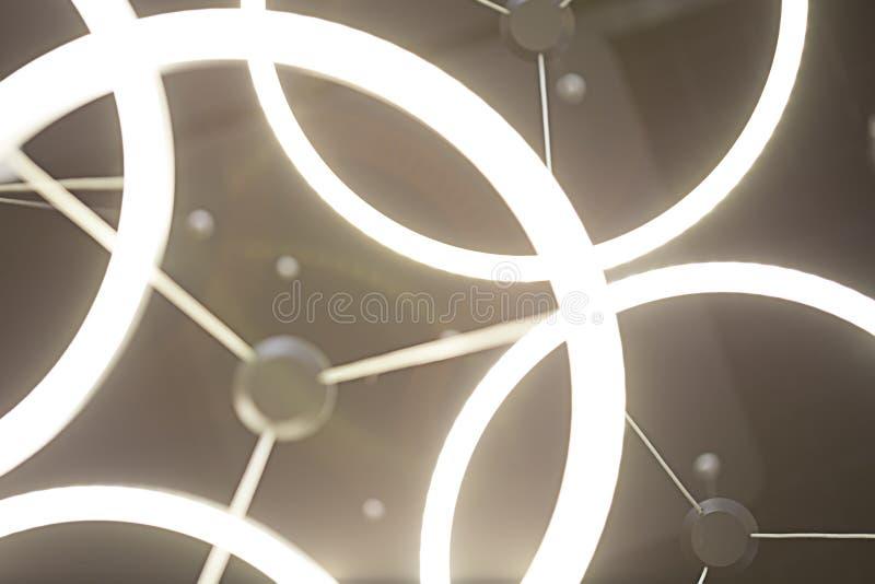 天花板在黑暗的圆环灯 图库摄影