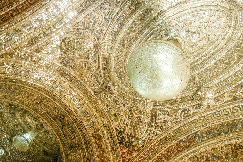 天花板在Talar e Brelian精采霍尔入口的镜子工作  Golestan宫殿 免版税库存照片