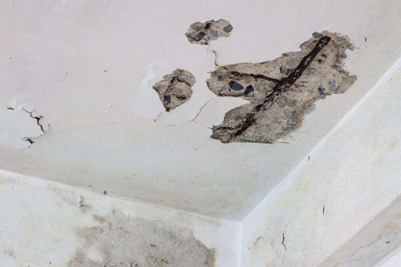 天花板是裂缝看结构 库存照片