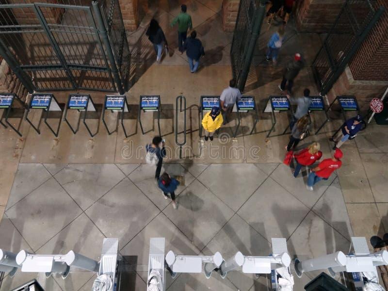 天花板爱好者通过门离开棒球场在比赛以后 库存图片