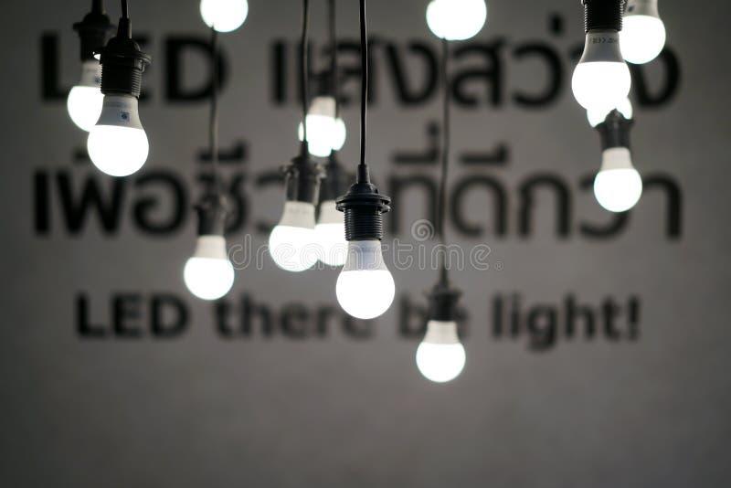 从天花板的垂悬的发光的电灯泡 免版税图库摄影