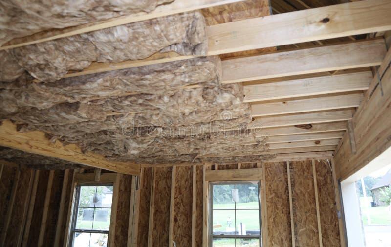 天花板绝缘材料在新的家 免版税库存图片